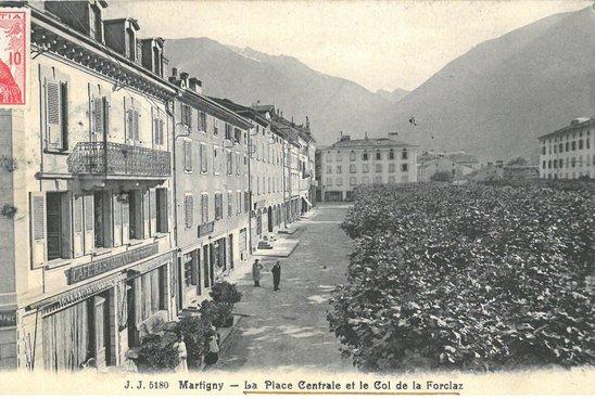 Martigny, La place centrale et le col de la Forclaz
