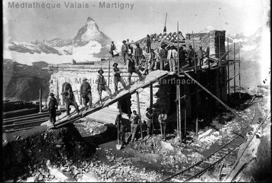 Construction devant la gare du Gornergrat, Zermatt
