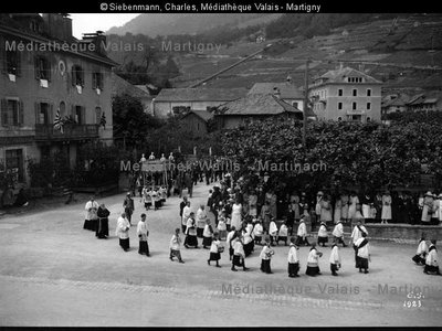 Procession de la Fête-Dieu sur la place de Monthey
